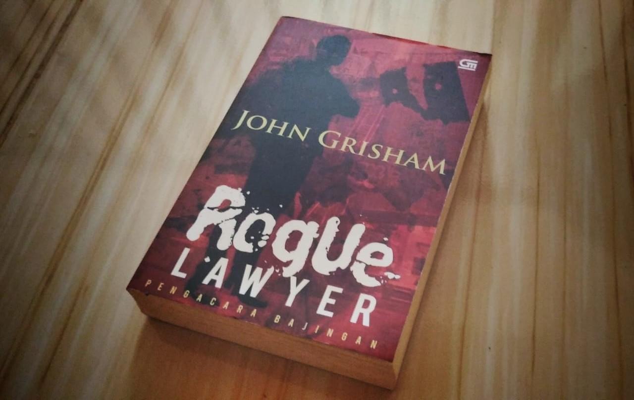 Novel Roque Lawyer karangan John Grisham. (Foto: Alfred/GenPI.co)