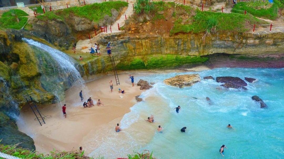 Menikmati Curahan Air Terjun dan Buaian Ombak Pantai