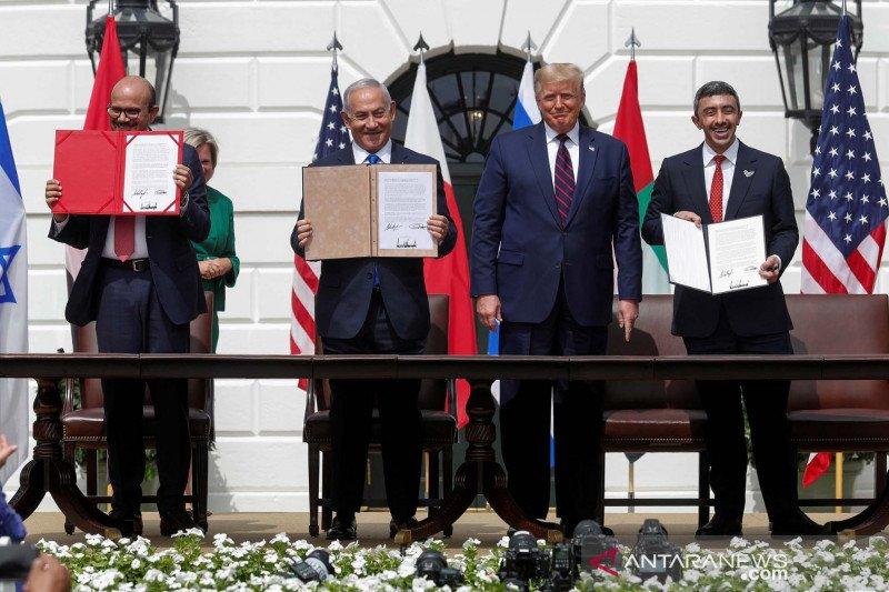 Penandatanganan kesepakatan normalisasi Israel, Bahrain dan Israel di Halaman Selatan Gedung Putih, Washington, Amerika Serikat, Selasa (15/9). Sudan kini bergabung bersama mereka. (Foto: Antara/Reuters//Tom Brenner/AWW/djo)