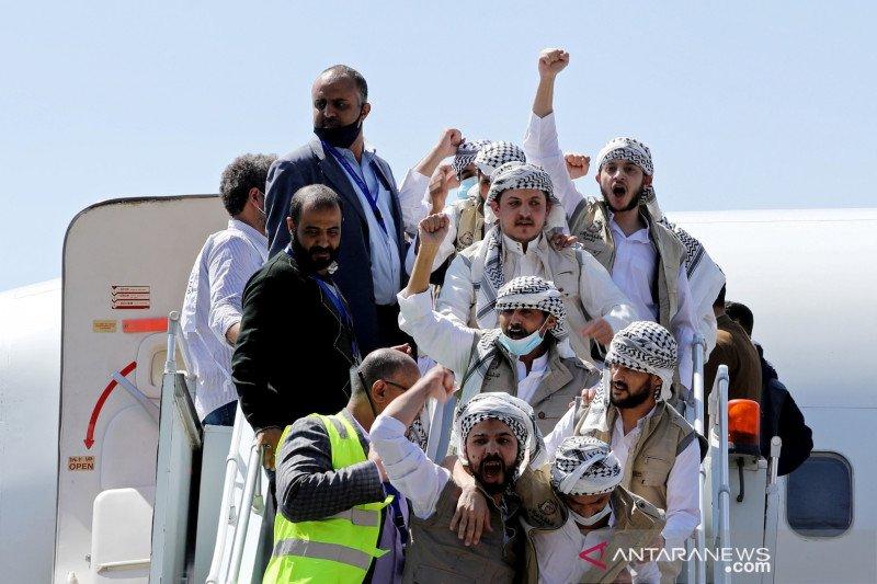 Tahanan Houthi yang dibebaskan tiba setelah pembebasan mereka dalam sebuah pertukaran tahanan di bandara Sanaa, Yaman, Kamis (15/10/2020). (Foto: Antara/Reuters/Khaled Abdullah/hp/cfo)