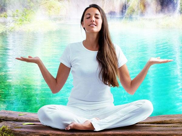 Yoga bisa jadi olahraga ringan saat puasa. (Foto: Healthline)