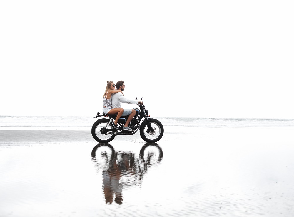 Ilistrasi sepasang anak muda naik motor. (Foto: JohanJK/ Elements Envato)