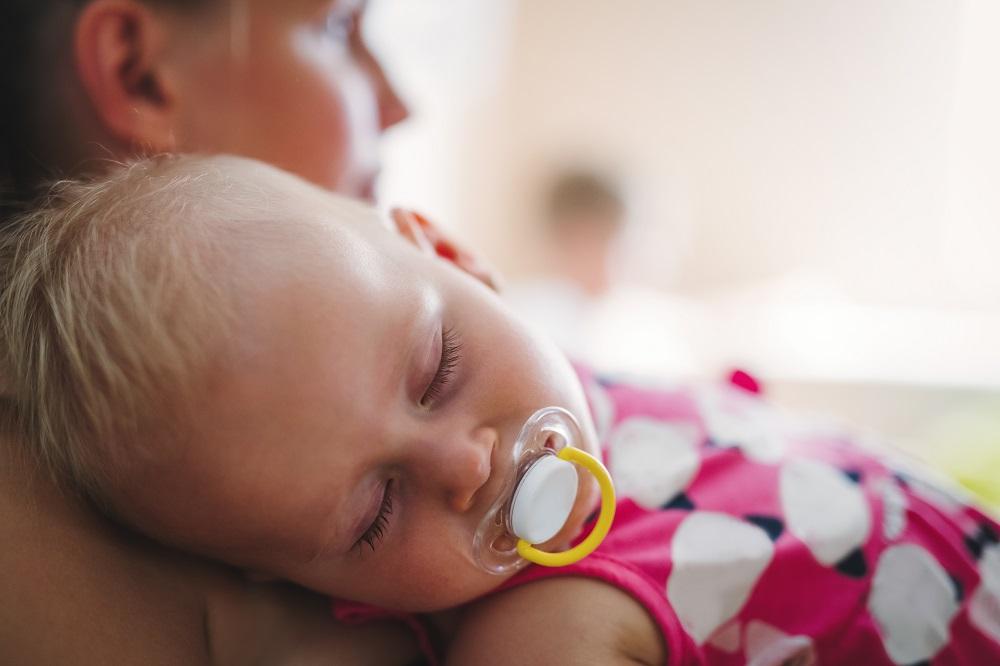 Bayi tertidur sambil nge-dot. (Foto: Elements Envato)