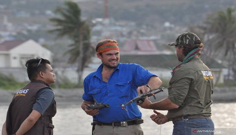 Tim penyelamat yang dibentuk Kementrian LHK dan ahli buaya asal Australia mengerahkan drone untuk mencari buaya berkalung ban. Foto: Antara