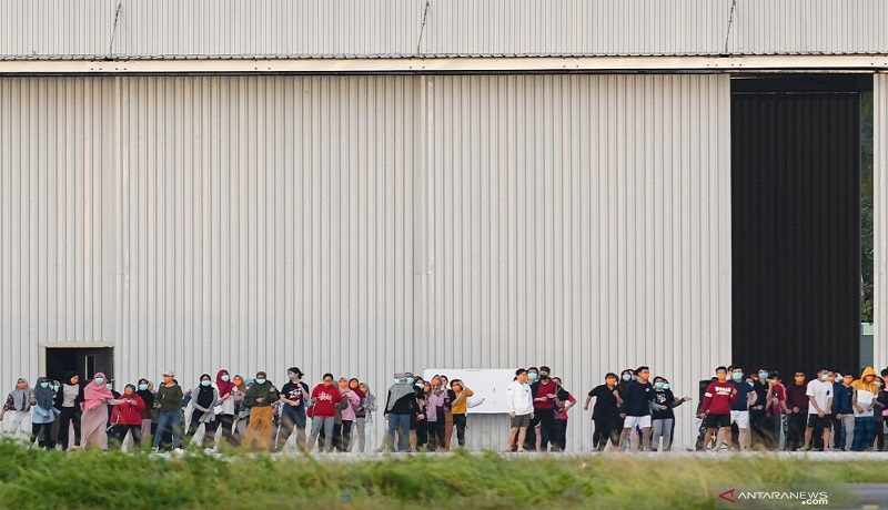 Sejumlah Warga Negara Indonesia (WNI) yang dievakuasi dari Wuhan, Hubei, China melakukan senam bersama prajurit TNI di Hanggar Pangkalan Udara TNI AU Raden Sadjad, Ranai, Natuna, Kepulauan Riau. Foto: Antara