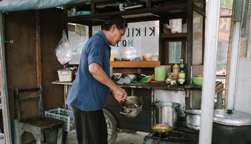 Pak Sis meracik semangkok Kikil Hot (Foto: Octavianus Haris)