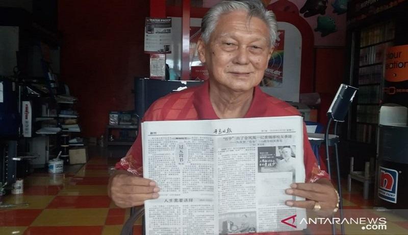Mantan guru Chung Hua School Jember Chen Yong Yen atau biasa disapa dengan Iwan Natawijdaja menunjukkan profil Huang Xiqiu yang ditulis dalam koran berbahasa mandarin. Foto: Antara