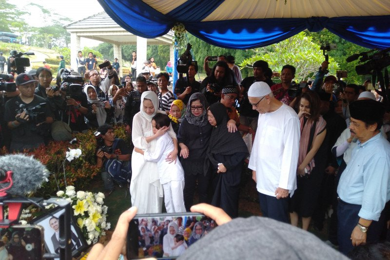 Bunga Citra Lestari (BCL) saat pemakaman Ashraf Sinclair. Foto: Antara
