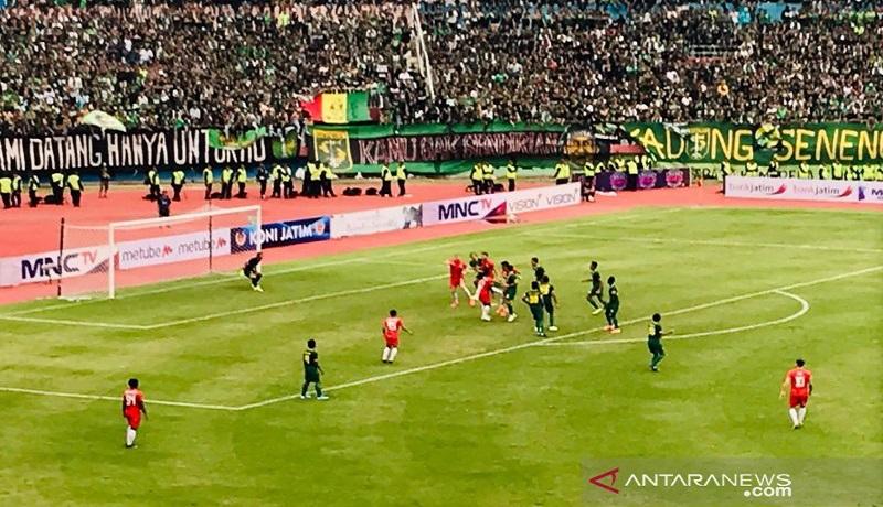 Pertandingan final piala Gubernur Jawa Timur antara Persebaya Vs Persija Jakarta di Stadion Delta Sidoarjo, Kamis (20/2). Foto: Antara