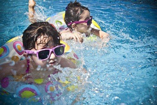 Berenang adalah salah satu kegiatan yang bikin badan anak jadi tinggi. (Foto: Pixabay)