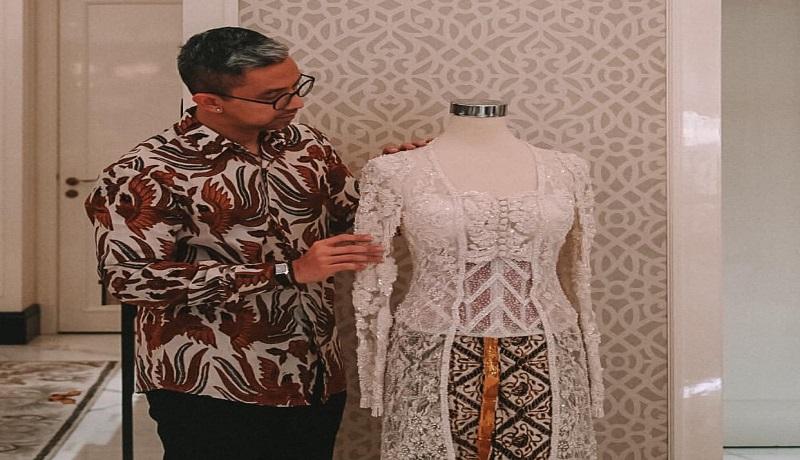 kebaya kutubaru bertabur kristal yang dipakai Isyana rancangan Didiet Maulana. Foto: Instagram/@didietmaulana