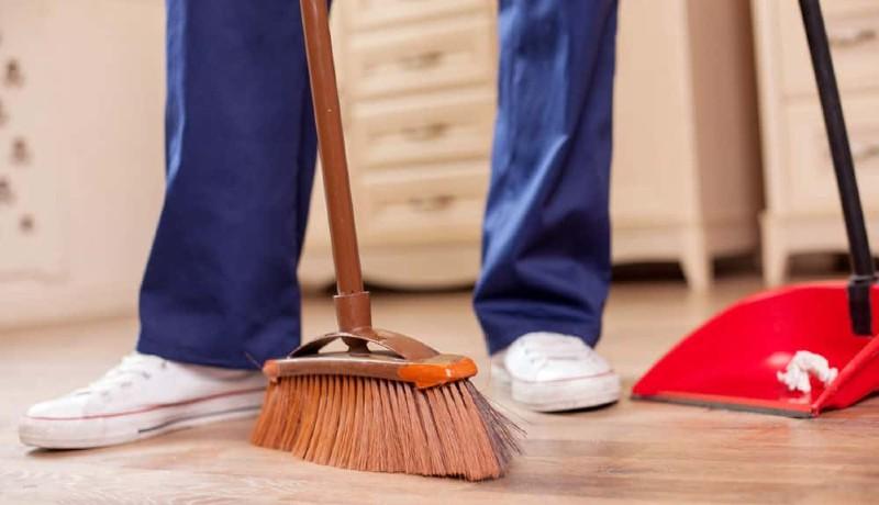 ilustrasi : menyapu ruangan pada malam hari ( Foto : newsbreak