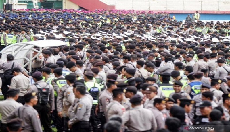 Personel gabungan menggelar apel pengamanan final pertandingan Piala Gubernur Jawa Timur di Gelora Delta, Sidoarjo, Jawa Timur. Foto: Antara