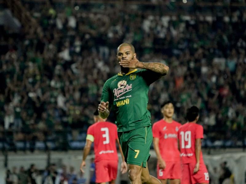 David da Silva membawa Persebaya Surabaya mengalahkan Sabah FA dengan skor 2-1 pada laga uji coba di Stadion Gelora Bung Tomo (GBT), Sabtu (8/2). Foto: Persebaya
