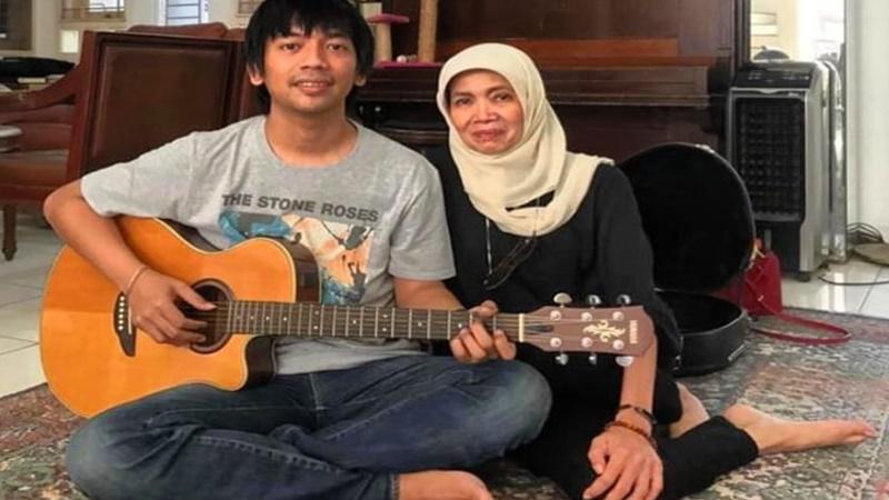 Yanti Noor memberikan gitar klasik kesayangan Chrisye ke Rian D'Masiv (foto: SC IG @rianekkypradipta)