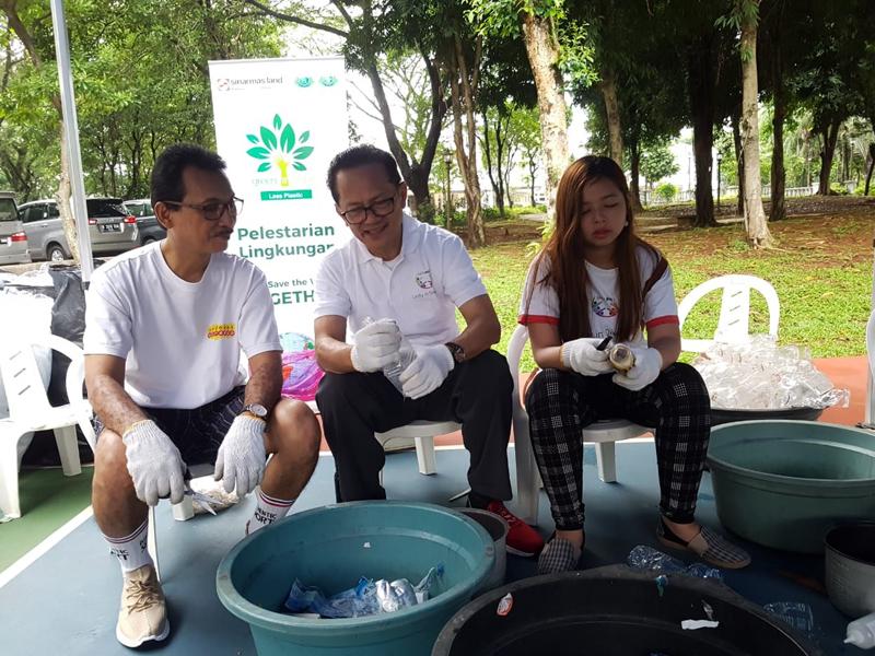 Ignesjz Kemalawarta (Department Head of Corporate Governance & Sustainability Development Sinar Mas Land) bersama Lie Tjun Meng (Relawan Yayasan Buddha Tzu Chi) memilah sampah organik dan anorganik pada acara pengolahan limbah rumah tangga yang bertajuk