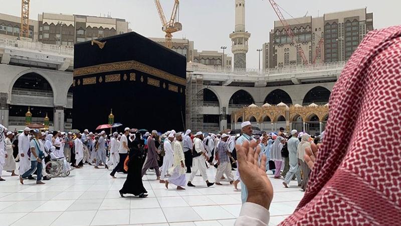 Jamaah haji melakukan tawaf, mengelilingi Ka'bah di Masjidil Haram, Makkah, Arab Saudi (foto: Antara)