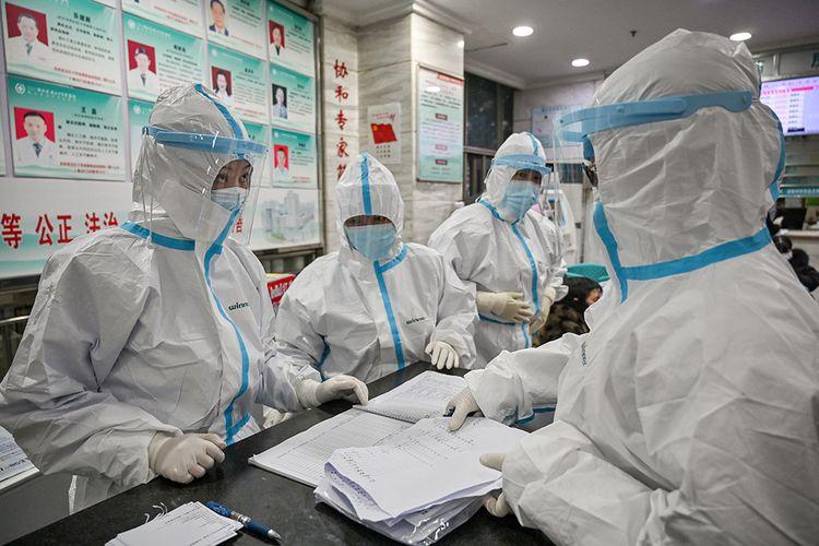 Ilustrasi petugas medis tengah berada di rumah sakit untuk merawat pasien yang terkena virus Corona. Foto: Hector Retamal/AFP
