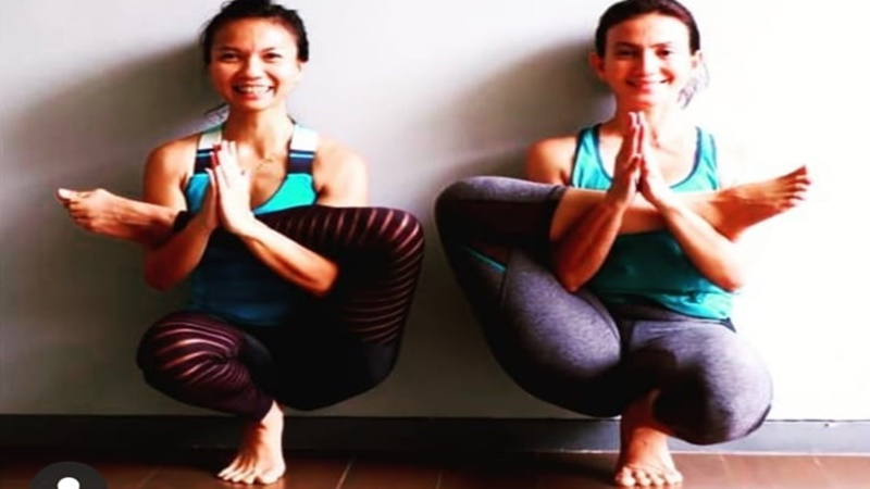 Setrap ala Wanda Hamidah (kanan) di kelas yoga (foto: SC IG @wanda_hamidah)