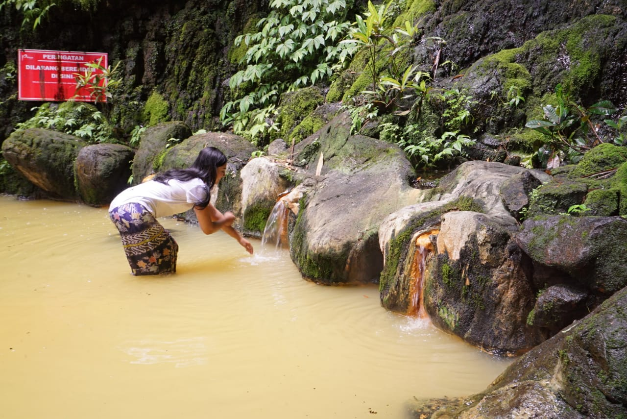 Berendam di Kolam Air Panas Pancuran Tiga, Nyaman Banget!
