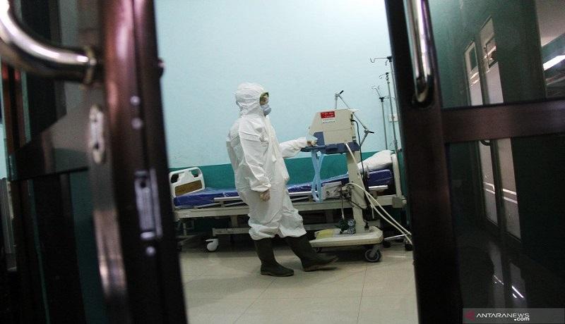 Petugas media sedang menangani pasien positif corona. Foto: Antara