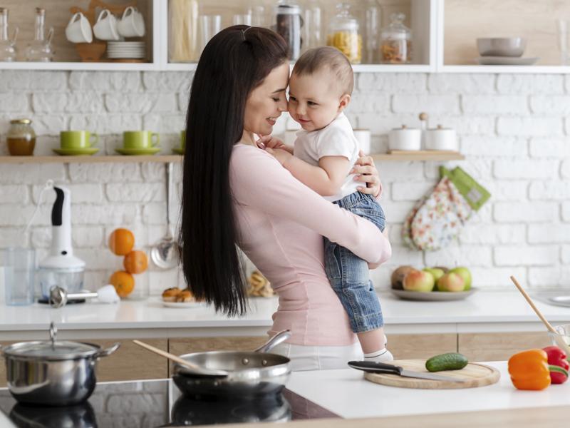 Ilustrasi ibu dan bayi laki-laki. Foto: Prostock-studio/Elementsenvato