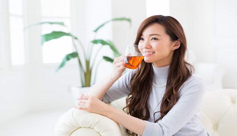 Ilustrasi wanita minum jamu herbal. (Hallosehat)