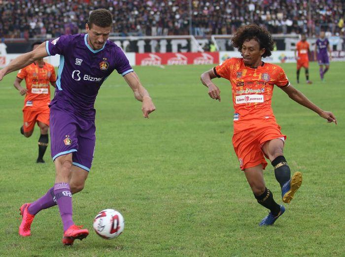 Persiraja Banda Aceh sukses mempermalukan Persik Kediri dengan skor 1-0 pada pekan ketiga Liga 1 2020 di Stadion Brawijaya, Sabtu (14/3). Foto: Prasetia Fauzani/Antara