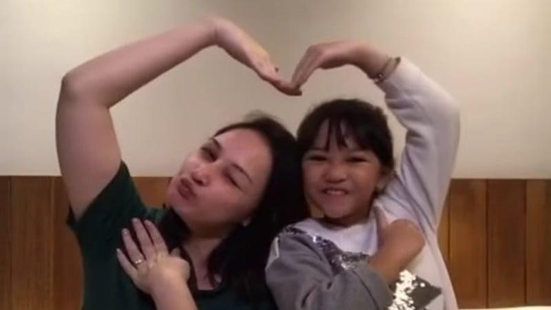 Mona Ratuliu Tiktok bersama anak bungsunya (foto: SC Vido IG @monaratuliu)