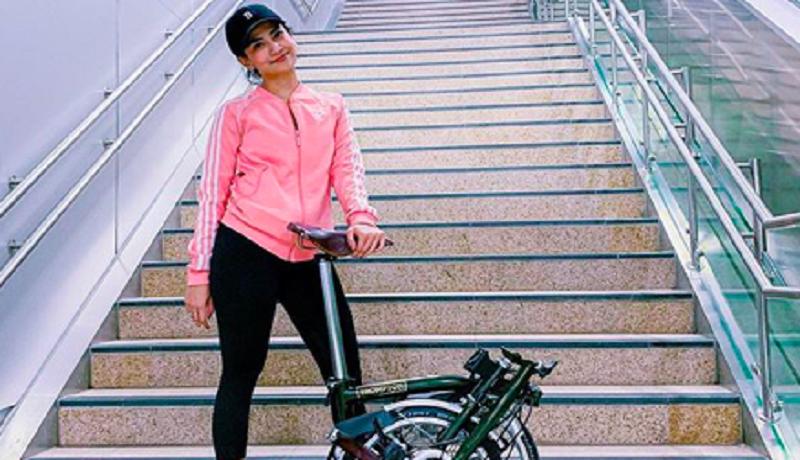 Vanessa Angel hobi bersepeda. Foto: Instagram_vanessaangelofficial