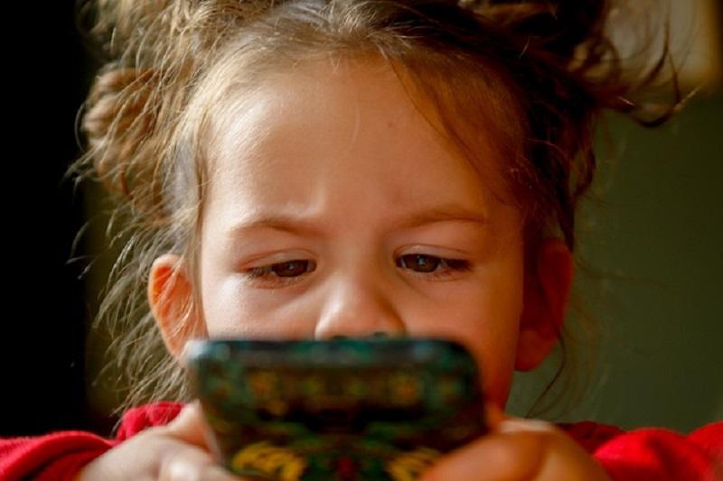 3 Manfaat Mendampingi Anak saat Bermain Smartphone
