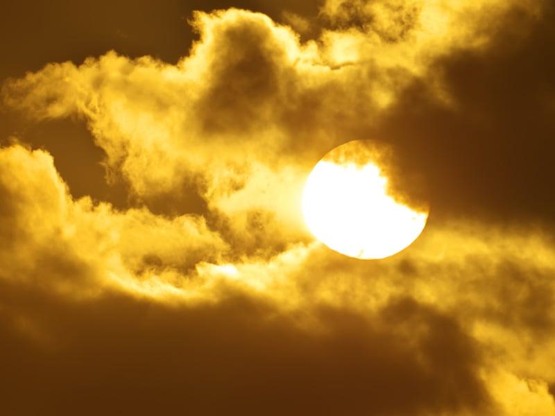 Ilustrasi matahari. Foto: Rozum/Elementsenvato