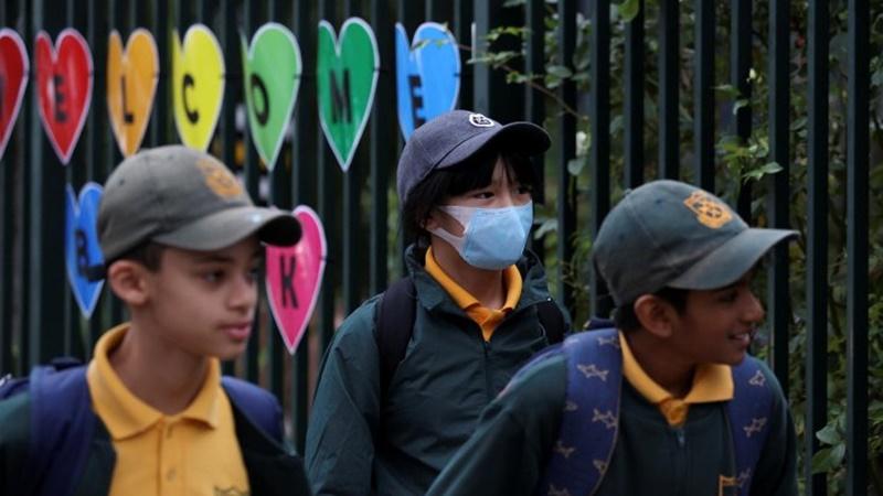 Para siswa berjalan menuju kelas saat hari pertama sekolah di Homebush West Public School di Sidney, Australia, Senin, 25 Mei 2020 (foto: Antara)