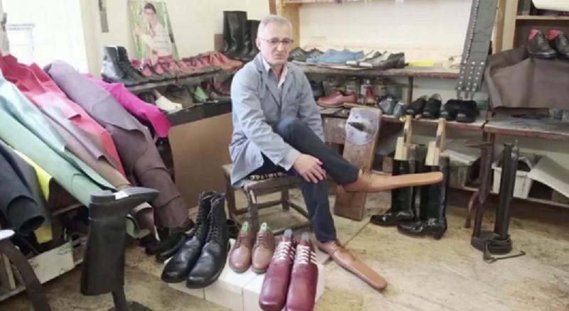 Seorang Pria Ciptakan Sepatu Panjang Untuk Jaga Jarak