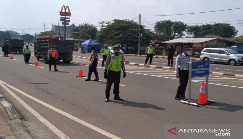 Polisi berjaga di posko chek point PSBB Jakarta. Foto: Antara