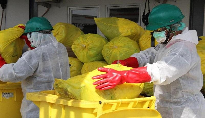 Petugas medis sedang memberishkan limbah medis. Foto: Antara
