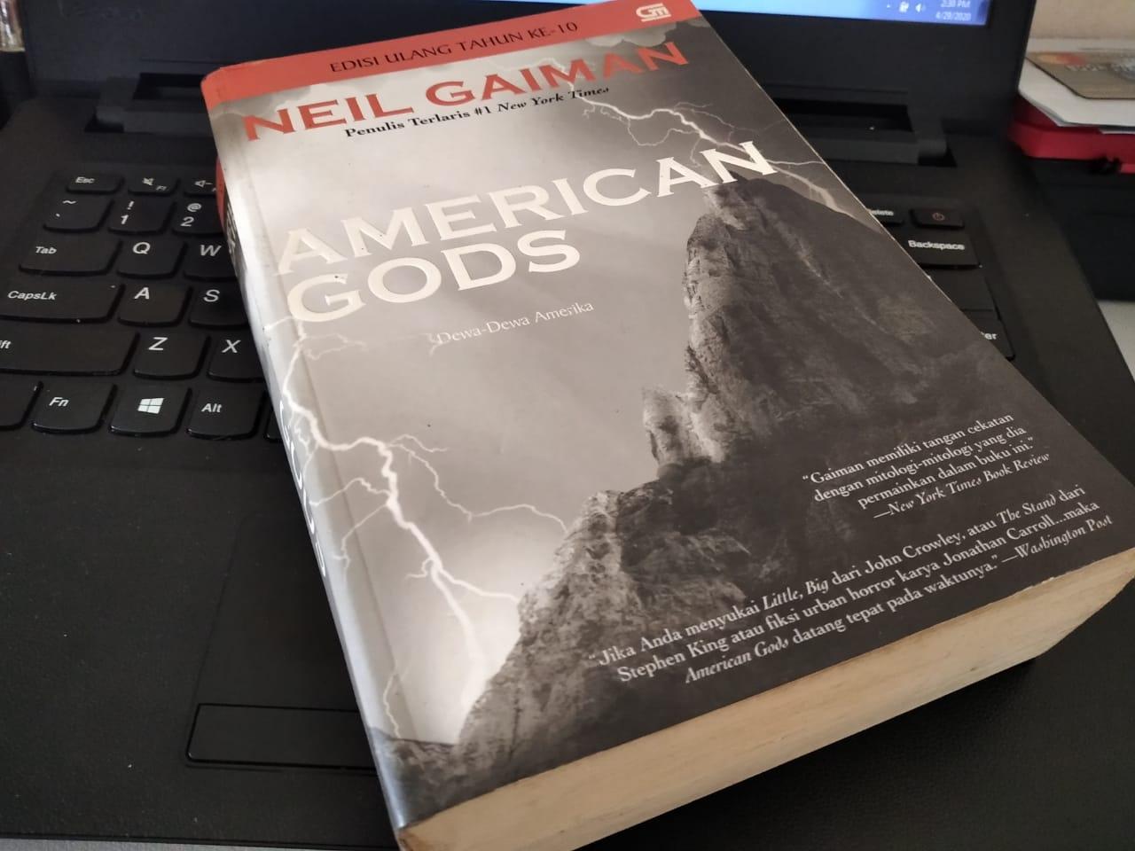 Novel American Gods karangan neil Gaiman. (Foto: Alfred/GenPI.co)
