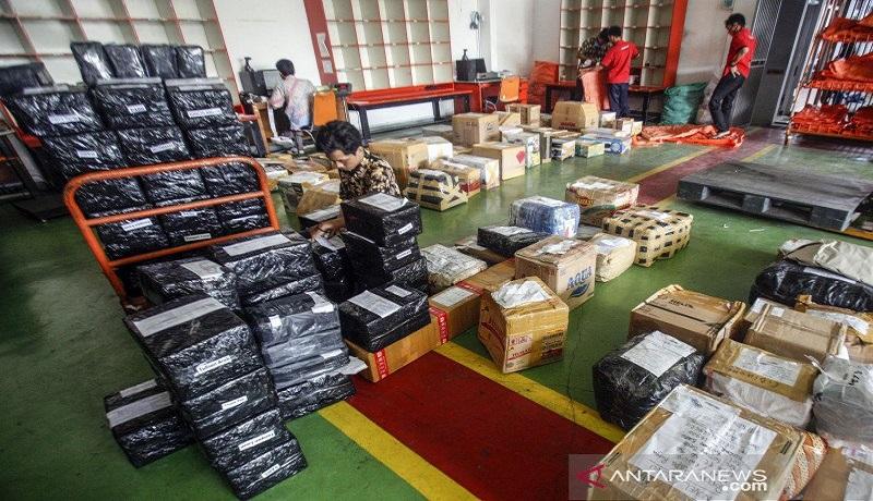 Petugas siap mengantarkan paket belanja online. Foto: Antara