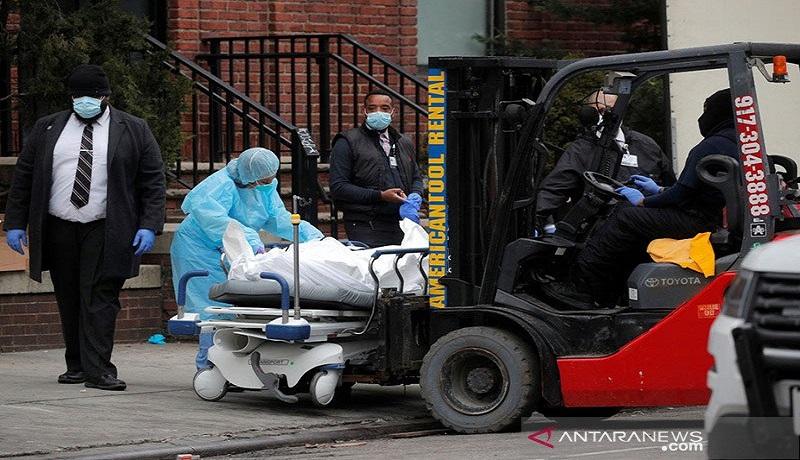 Jenazah korban covid-19 diangkut menggunakan forklip. Foto: Antara