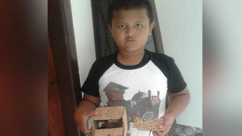 Gilang Nugroho dan mobil kardus remote control yang dibuatnya (foto: faktabanten.co.id)