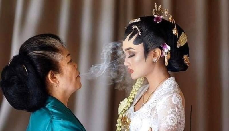 Sembaga, Rias Pengantin dengan Asap Rokok Oleh Dukun Manten