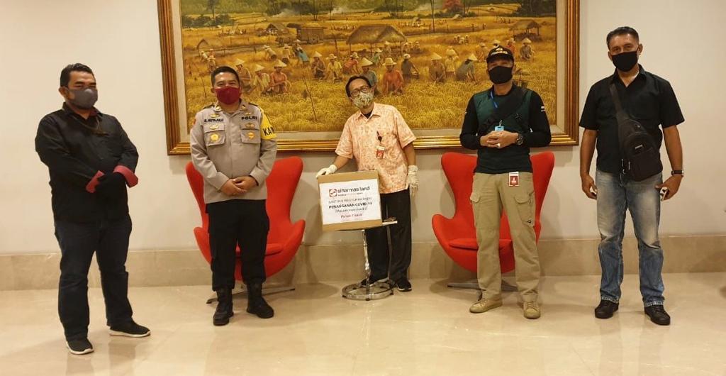 Sinas Mas Land dengan menyerahkan 1.949 masker kain kepada Polri dan TNI dalam upaya memerangi virus corona (covid-19). Foto: Sinar Mas Land
