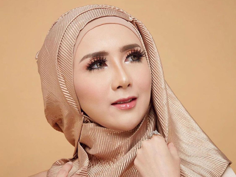 Aktris cantik Ucie Sucita memakai eyelashes premium Sarita Beauty. Foto: Sarita Beauty
