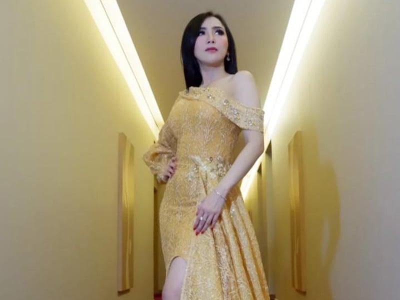 Aktris cantik Ucie Sucita memakai two way cake Sarita Beauty. Foto: Sarita Beauty