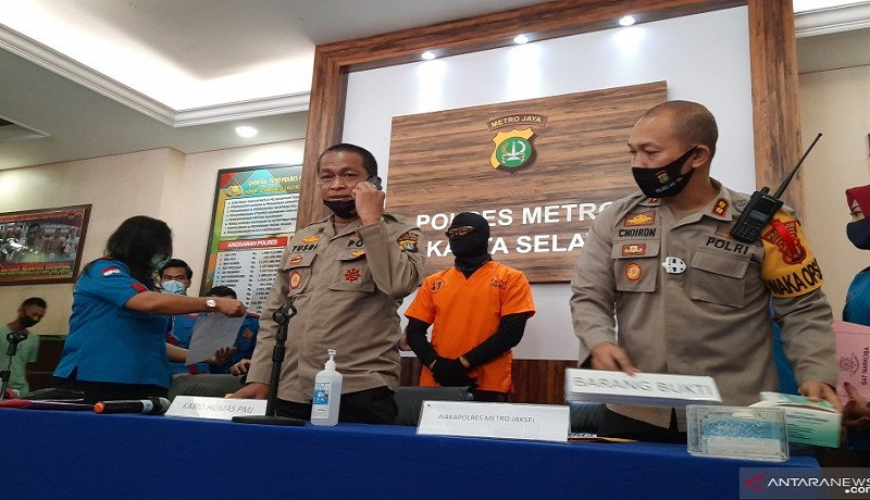 Kabid Humas Polda Metro Metro Jaya Kombes Pol Yusri Yunus memberikan keterangan pers penangkapan artis Dwi Sasono. Foto: Antara
