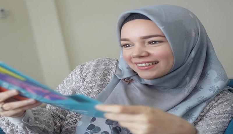 Terharu, Cerita Dewi Sandra Ajarkan Bahasa Isyarat Anak Tunarungu