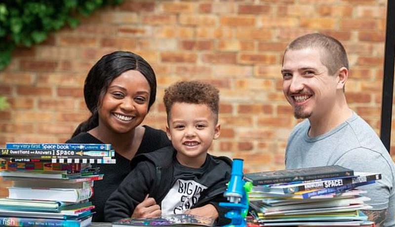 Izaak Miller, bersama kedua orang tuanya. Foto: Daily Mail