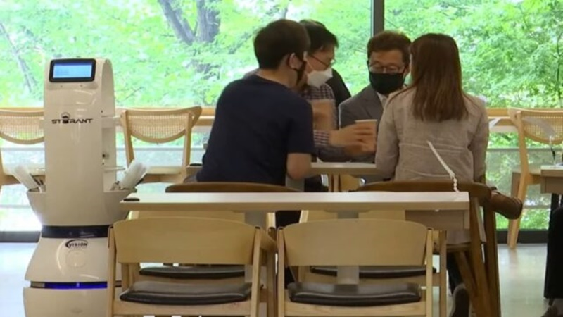 Keren! Saat New Normal, Robot Layani Pengunjung Kafe di Korea