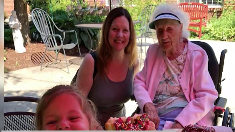 Nenek usia 103 tahun merayakan dengan minum bir, setelah sembuh dati covid-19 (foto : SC video NCBCboston)