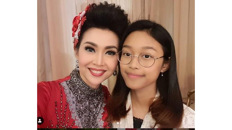 Putri Bungsu Ratna Listy Cantik dan KalemBanget